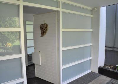 Herdecke-Herrentisch, Bungalow black and white Eingang