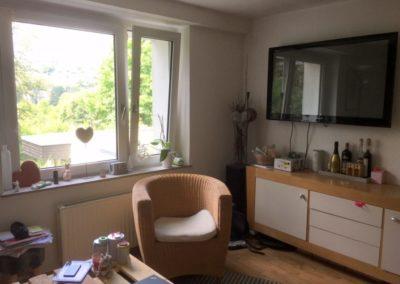 Wohnen mit großen Fenstern | Teilmöblierte kleine Wohnung in attraktiver Lage