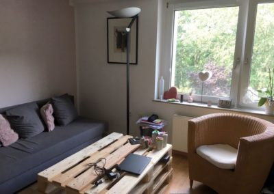 Wohnzimmer mit Blick ins Grün | Teilmöblierte kleine Wohnung in attraktiver Lage