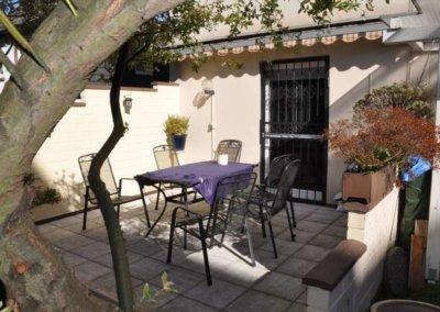 Terrasse von gemütlicher Wohnung mit Terrasse und Balkon